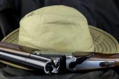 Корокоствольное оружие и шляпа Буша на внешнем пальто Стоковые Изображения RF