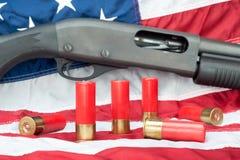 Корокоствольное оружие на флаге Стоковая Фотография