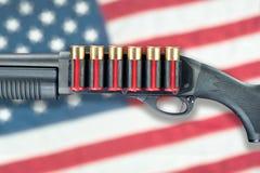 Корокоствольное оружие против флага Стоковые Изображения RF