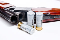Корокоствольное оружие и боеприпасы звероловства на белой предпосылке Стоковые Фото