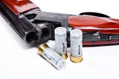 Корокоствольное оружие и боеприпасы звероловства на белой предпосылке Стоковые Изображения