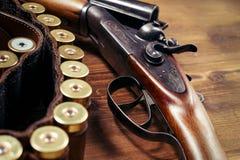 Корокоствольное оружие с раковинами на деревянной предпосылке Стоковое Изображение