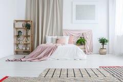 Королевская кровать в пастельной спальне стоковые фотографии rf
