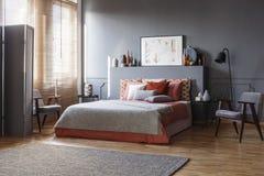 Королевская кровать с подушками, кресло, картина, вазы, экранирует Стоковое Изображение