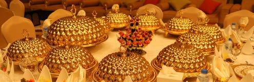 Королевская таблица приема по случаю бракосочетания элегантности с различным расположением еды кулинарии стоковые изображения
