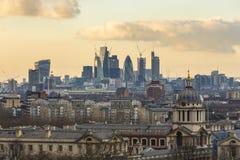 Королевские мореходное училище и город небоскребов Лондона стоковое фото