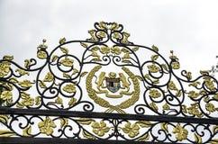 Королевский гребень на загородке дворца Istana Negara национального в Куалае-Лумпур, Малайзии стоковое изображение