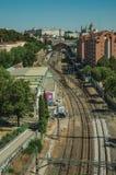 Королевский дворец и вокзал с рельсами среди зданий в Мадриде стоковые фото