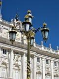 Королевский дворец Мадрид с красивым уличным фонарем стоковые фото