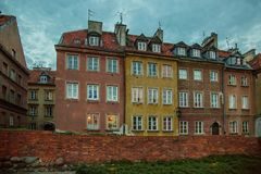 Королевский замок и красивая улица в старом городке во время выравнивать голубой час стоковая фотография