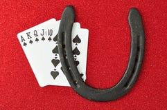 Королевский приток показанный с шармом удачи, подковой стоковое изображение rf