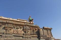 Королевское приложение в Hampi Лысый туристский человек сидит вверх и l стоковое фото