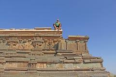 Королевское приложение в Hampi Лысый туристский человек сидит вверх и l стоковое изображение
