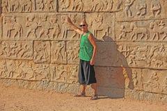 Королевское приложение в Hampi Молодой облыселый человек стоит на backgro стоковое изображение rf
