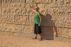 Королевское приложение в Hampi Молодой облыселый человек стоит на backgro стоковая фотография rf