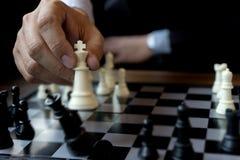 Король пользы шахмат игры бизнесмена - белизна шахматной фигуры для того чтобы разбить ove Стоковое фото RF