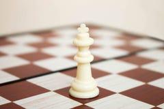 Король Chesspiece на доске стоковая фотография