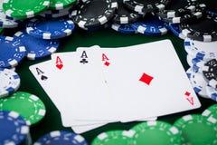 4 короля на зеленой предпосылке с обломоками покера Стоковые Изображения RF