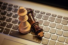 Короля шахмат на клавиатуре компьтер-книжки Стоковая Фотография RF