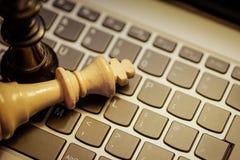 Короля шахмат на клавиатуре компьтер-книжки Стоковые Фото