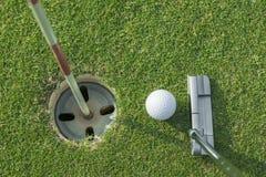 Коротка клюшка кладет шар для игры в гольф для того чтобы продырявить Стоковое фото RF