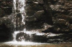 Короткий мягкий выплеск водопада Стоковые Фотографии RF