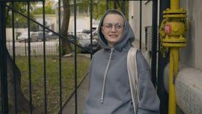 Коротк-с волосами девушка висит на загородке видеоматериал