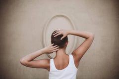 Коротк-с волосами девушка от задней части Стоковые Изображения RF