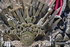 Королевская власть, железный трон сделанный с шпагами, сцена фантазии или этап r Стоковое Изображение