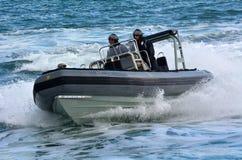 Королевские матросы военно-морского флота Новой Зеландии едут inflat Тверд-шелушат Zodiak, который стоковая фотография rf