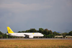 Королевский аэробус A320 Брунея ездя на такси на международном аэропорте Kota Kinabalu Стоковое Фото