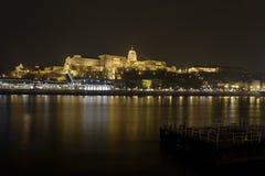 Королевский дворец Венгрии в Будапеште, над Дунаем на ноче стоковые фотографии rf