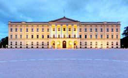 Королевский дворец в Осло на ноче, Норвегии Стоковая Фотография