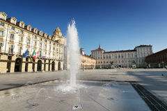 Королевский дворец и фонтан в Турине стоковые фотографии rf