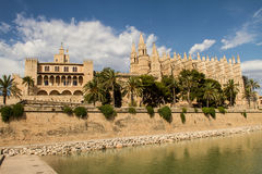 Королевский дворец Ла Almudaina и Ла Seu собора Стоковое Изображение RF