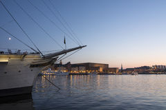Королевский дворец Стокгольм в сумерк Стоковые Изображения