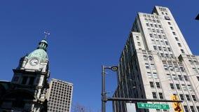 Королевское здание банка против голубого неба акции видеоматериалы
