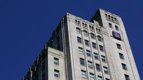 Королевское здание банка против голубого неба сток-видео