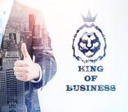 Король дела с большим пальцем руки вверх в большом городе Стоковые Изображения