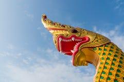 Король змея или король статуи naga в тайском виске на голубом небе b Стоковое фото RF