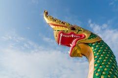 Король змея или король статуи naga в тайском виске на голубом небе b Стоковые Изображения