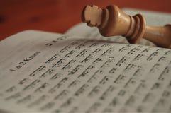 1 & 2 короля в Hebrew с королем шахмат Стоковое Изображение RF