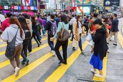 Короля Дорога людей пересекая в Гонконге Стоковая Фотография