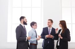 Корпоративная встреча работников с боссом в офисе, бизнесменах с космосом экземпляра Стоковые Изображения