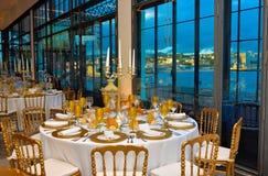 Корпоративное событие, обедающий с взглядом залива Марины, украшение ставит украшение на обсуждение, банкет лекции Стоковая Фотография