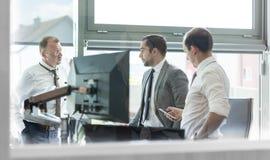 Корпоративное businessteam работая в современном офисе Стоковые Изображения