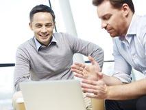 Корпоративные люди обсуждая дело в офисе Стоковые Изображения