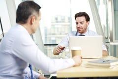 Корпоративные люди обсуждая дело в офисе Стоковые Фотографии RF