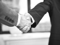 Корпоративные люди тряся руки в офисе Стоковое Изображение RF