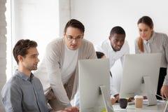 Корпоративный интерн преподавательства ментора помогая и наблюдая онлайн Стоковые Изображения RF